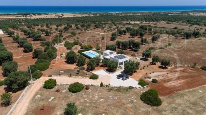 Villa Torre Guaceto a 3 km dal mare per vacanze in Puglia, vista drone