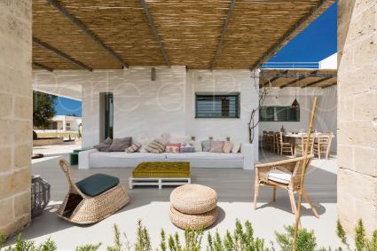 Gli spazi esterni di Villa Torre Guaceto sono graziosi e arredati per il relax