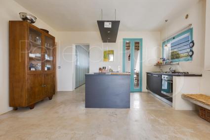 La cucina con isola della splendida villa in affitto nella zona di Brindisi