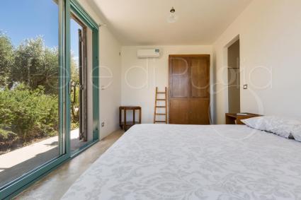 La camera matrimoniale 1, con bagno en suite e vetrate in giardino
