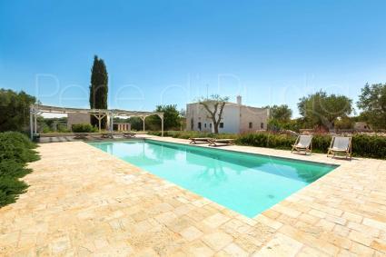 Il patio ombreggiato a bordo piscina, per momenti di relax