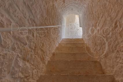 La scala interna con pietre a vista