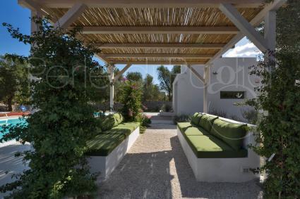 Il gazebo a bordo piscina per rilassarsi su divanetti in muratura e comodi cuscini