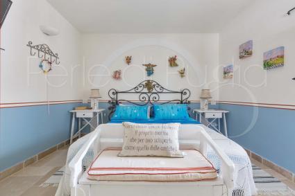 Angeli in cartapesta vegliano sul letto della prima camera  matrimoniale