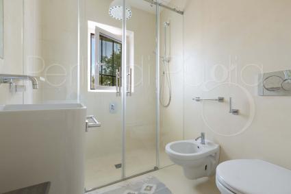 Chiaro e moderno è il primo bagno con box doccia