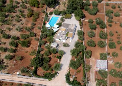 Complesso con piscina e internet, per vacanze in Puglia, vista drone