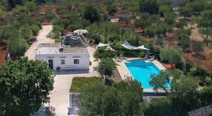 I trulli con piscina per vacanze ad Alberobello, ripresa drone