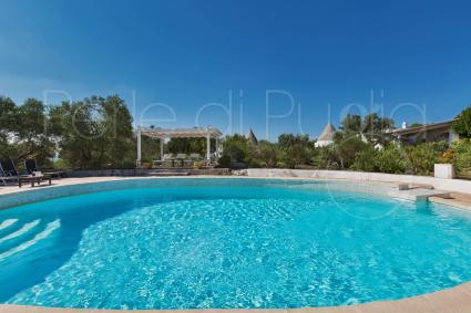 The beautiful pool at the centre of Trulli Il Cappero