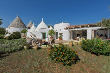 The complex of Trulli Il Cappero for a luxury vacation in the Itria Valley
