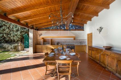 Cucina superaccessoriata e sala pranzo all`ombra della veranda