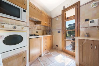 La seconda delle cucine della casa vacanze in villa con piscina in Puglia
