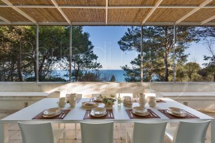 Pranzare in terrazza, con vista sul mare