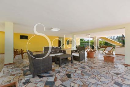 Il portico ombreggiato, con divani e tutto l`occorrente per il relax durante le vacanze