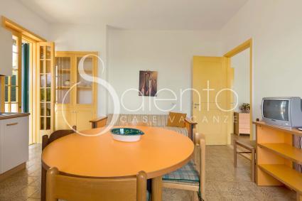 Il soggiorno della casa vacanze nel Salento, con divano letto e sala pranzo