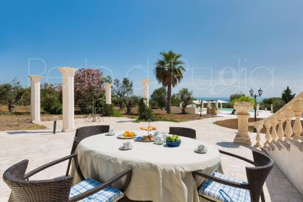 The oudoor dining area of the lower floor of the luxury villa for rent in Apulia