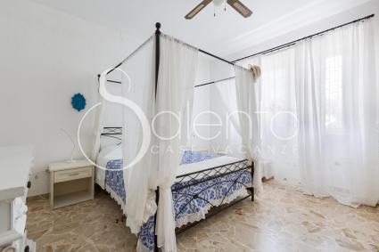 La camera da letto matrimoniale della villa per vacanze in Puglia