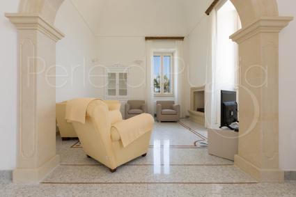 Chiaro e fresco, il soggiorno della bellissima casa vacanze di lusso in Puglia