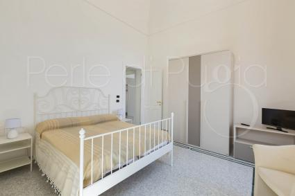 Le camere da letto sono tutte matrimoniali, con tv e aria condizionata