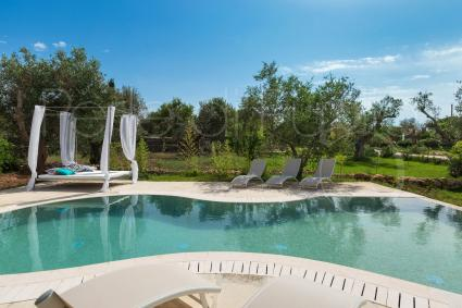 The beautiful pool of the villa for rent in the heart of Salento has a sinuous shape