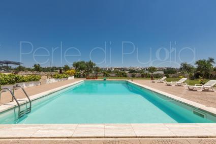 The pool with solarium of the villa near Alberobello