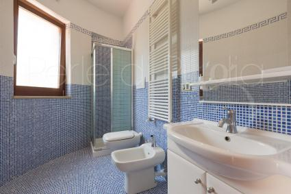 Bathroom with shower of the double bedroom