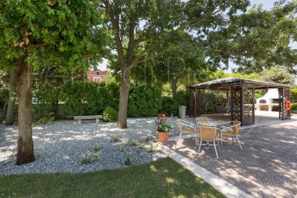 Equipped outdoor areas in the garden