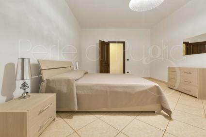 On the basement floor there are a double bedroom, a bathroom with shower and the gym