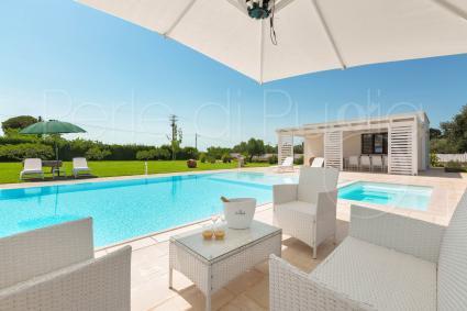 Diverse aree relax accolgono gli ospiti a bordo piscina