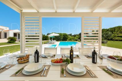 Pranzare a bordo piscina, tra un tuffo e l`altro durante le vacanze in Puglia