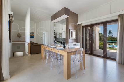La zona giorno è un ampio living con salotto, sala pranzo e cucina superaccessoriata