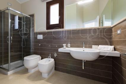 Il bagno doccia della zona giorno, ampio e luminoso