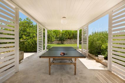 Uno dei gazebo fa ombra alle avvincenti sfide di ping pong