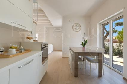 La sala da pranzo e la cucina superaccessoriata della villa