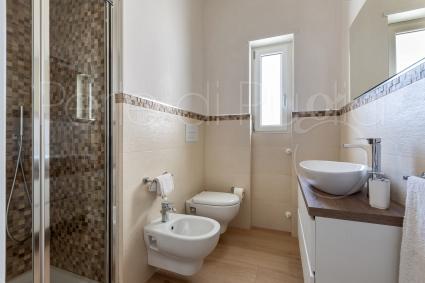 Una delle due camere ha il bagno doccia en suite