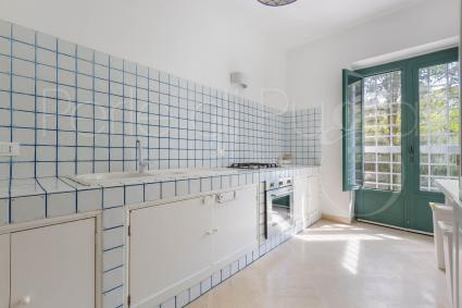 Built-in super-equipped kitchen with access to the garden