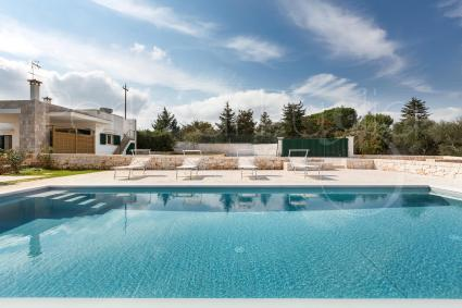 Holiday home with swimming pool, internet, barbecue. Pet friendly.