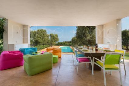 Colori e allegria, per il relax e il convivio nella grande veranda ombreggiata della villa