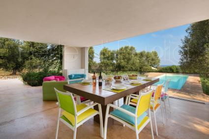 Si pranza e si cena a bordo piscina, durante le vacanze in Puglia