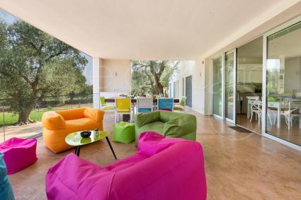 Dalle grandi vetrate si accede agli interni della casa vacanze di lusso in agro di Carovigno