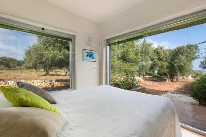 La camera matrimoniale ad angolo consente di dormire attorniati dagli ulivi