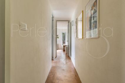 Dal corridoio si giunge alla zona notte della villa dove sono presenti fino a 8 posti letto