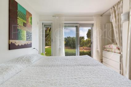 Anche la terza camera da letto è dotata di graziose tende per originali guardaroba