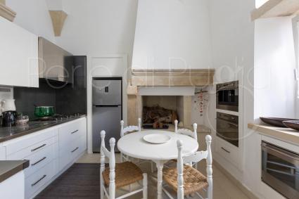 La cucina è moderna e ben equipaggiata per cucinare in allegria e senza stress