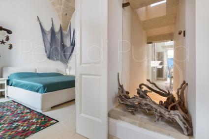 La seconda camera è in stile marinaro mediterraneo, in tinte bianco e blu
