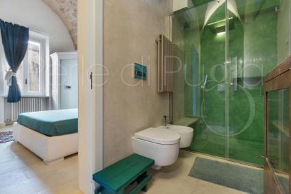 Il bagno di pertinenza è completo di ampia doccia