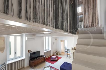 Una scala parte dal salotto e porta al soppalco dove vi è la terza camera