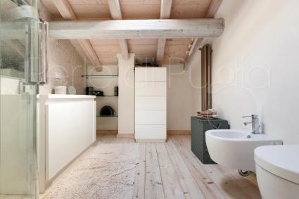 Semplice, chiaro, completo di doccia anche il bagno en suite