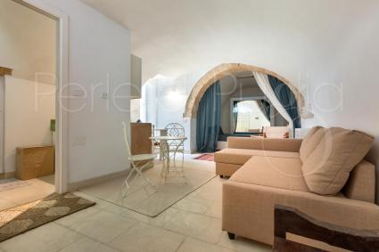Il bilocale ha una zona soggiorno con comodo divano