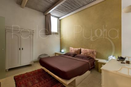 La prima camera matrimoniale si offre con colori caldi, che ricordano il deserto