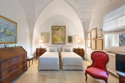The trullo with barrel vaults is made up of 2 alcoves and 1 bedroom